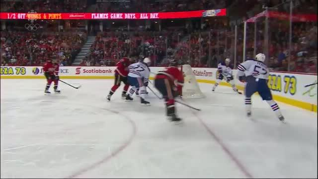 David Perron banks shot off Reto Berra