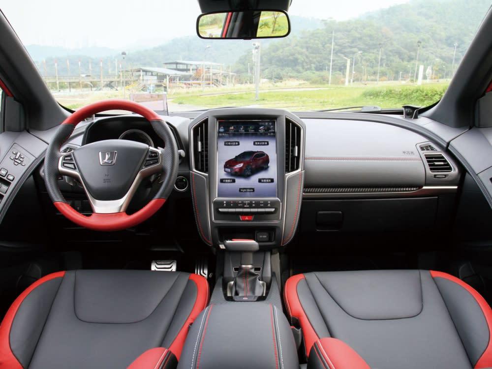 GT220車艙空間展現科技感十足的前衛氛圍,並以紅黑雙色鋪陳增添動感氣息。