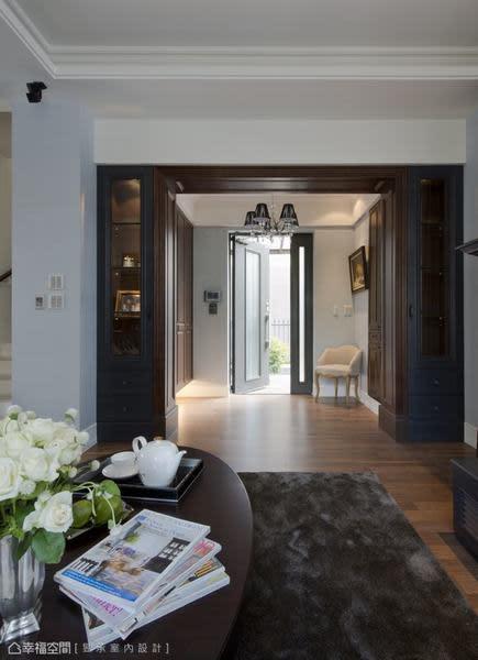 拆除橫亙在玄關與客廳間的隔間牆,開敞了原本狹窄、陰暗的玄關,也讓客廳更顯開闊大器,回復原建築物應有的好採光。