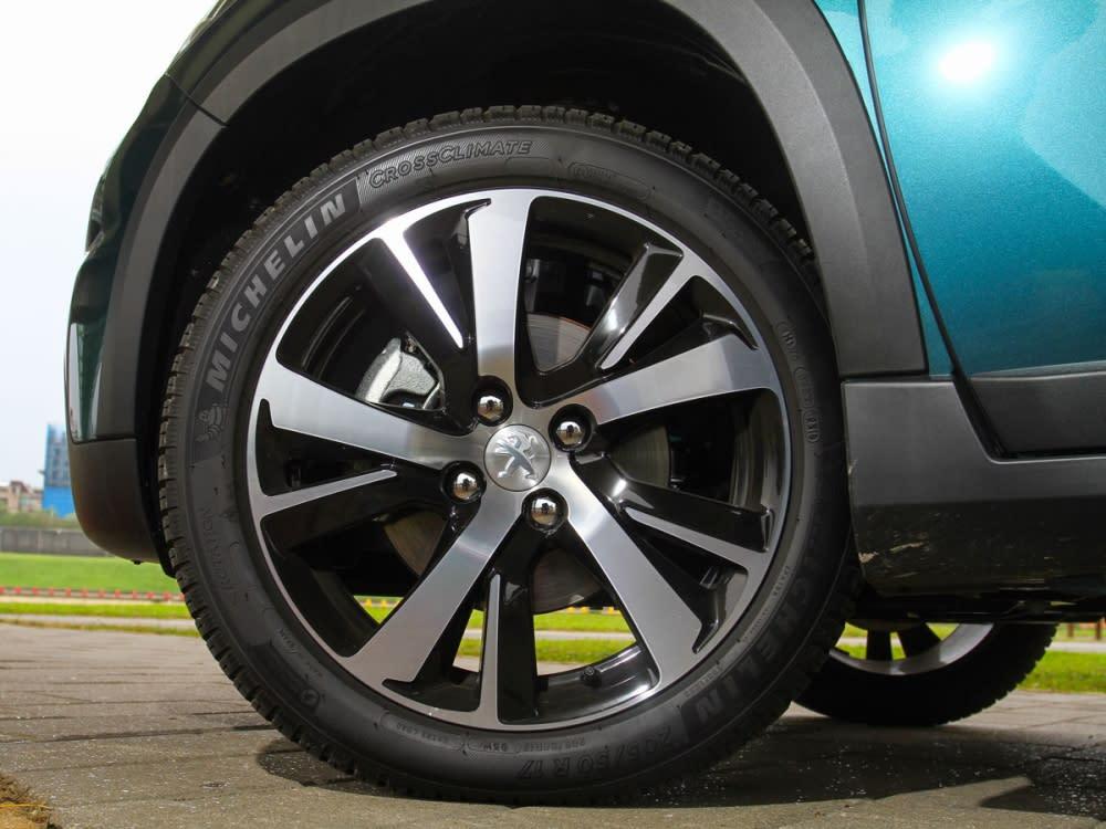 Grip Control車型標配了17吋五輻雙肋式鋁圈。