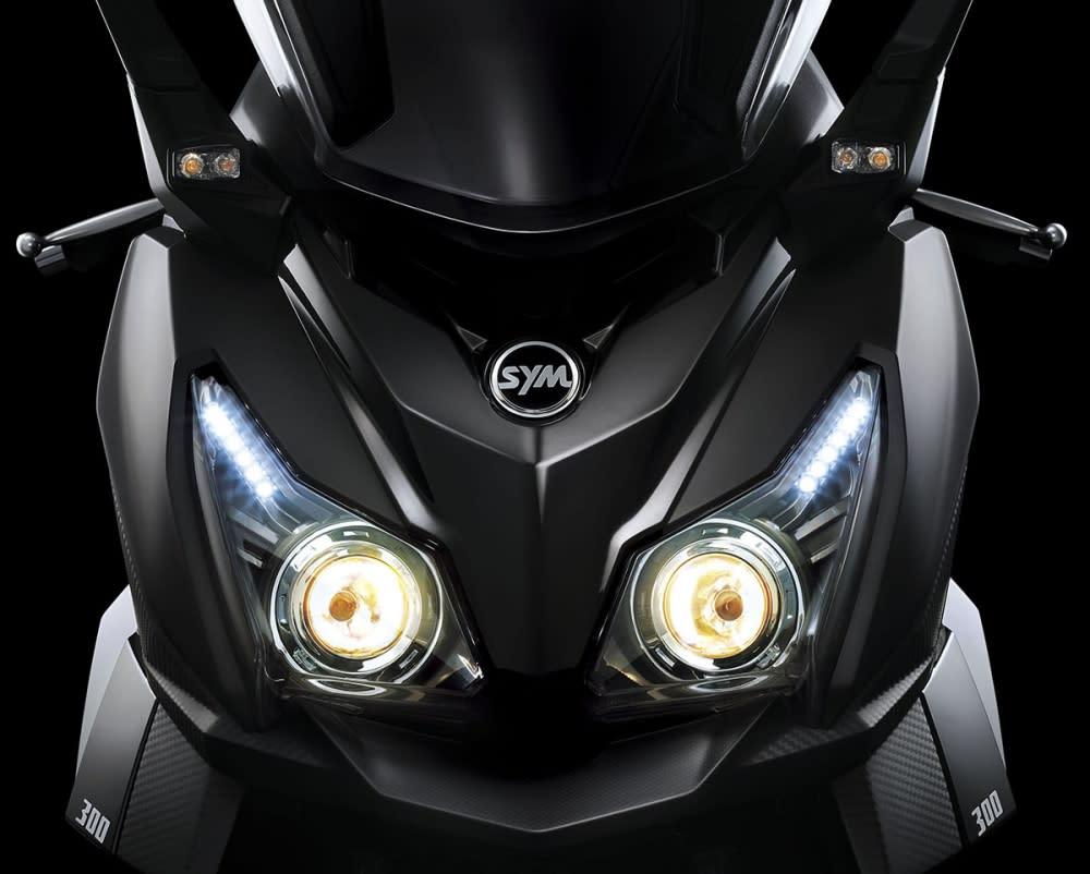 魚眼大燈搭配LED 燈眉。