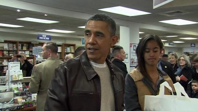 Obama buys holiday gifts at D.C. bookstore