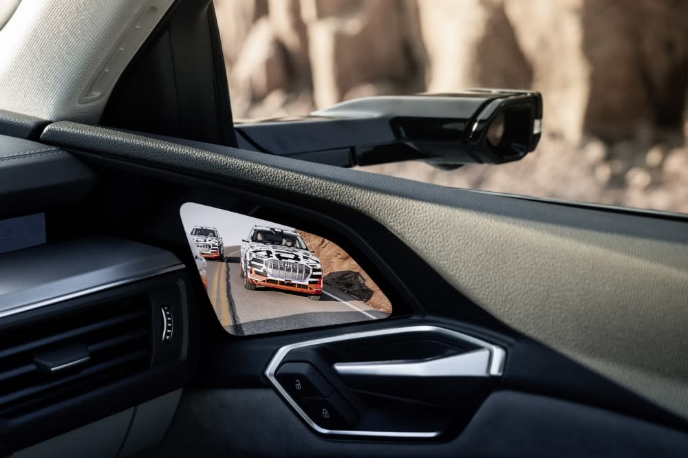 Audi e-tron虛擬後照鏡能自動捕捉即時畫面,並投射於儀表板或車門邊OLED螢幕,協助駕駛即時識別車外狀(圖片來源:Audi Taiwan)