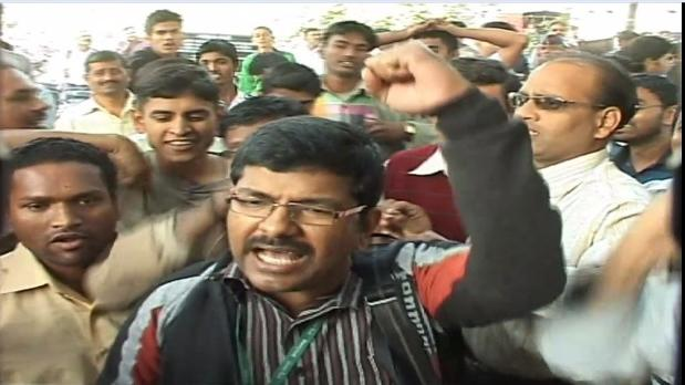 Kasab hanging: Celebratory mood outside Yerwada Jail