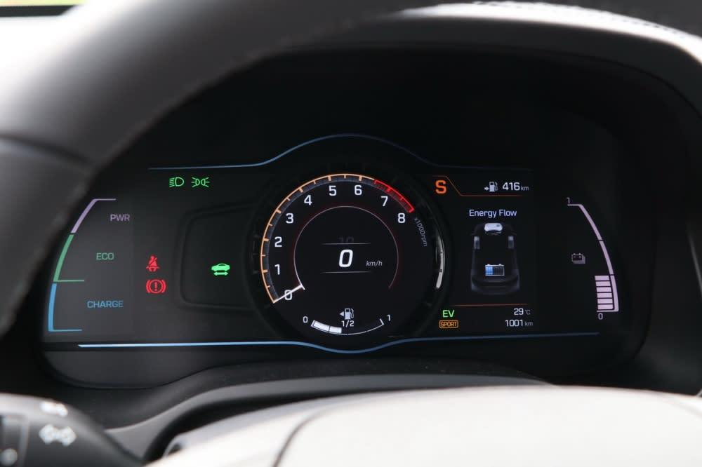 七吋全彩資訊幕更具備運動化模式,隨著排檔感切入S檔、中央時速表轉為引擎轉速、時速則改由數字顯示,儀表底色也轉為橘紅配色