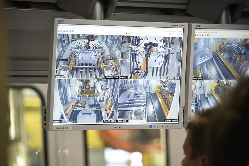 透過螢幕監控,可確保沖壓鈑件的品質是否符合標準。
