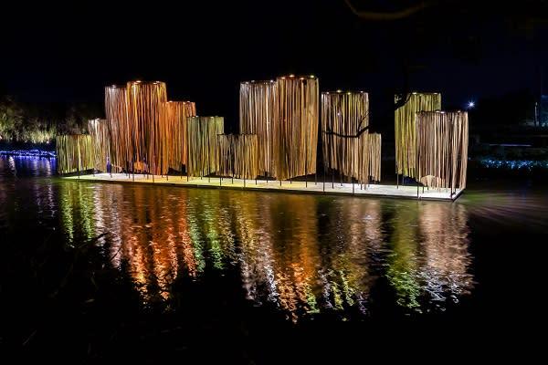 2018月津港燈節,月光下燈光裝置閃閃發光,水面映著河港水岸倒影,十分迷人。