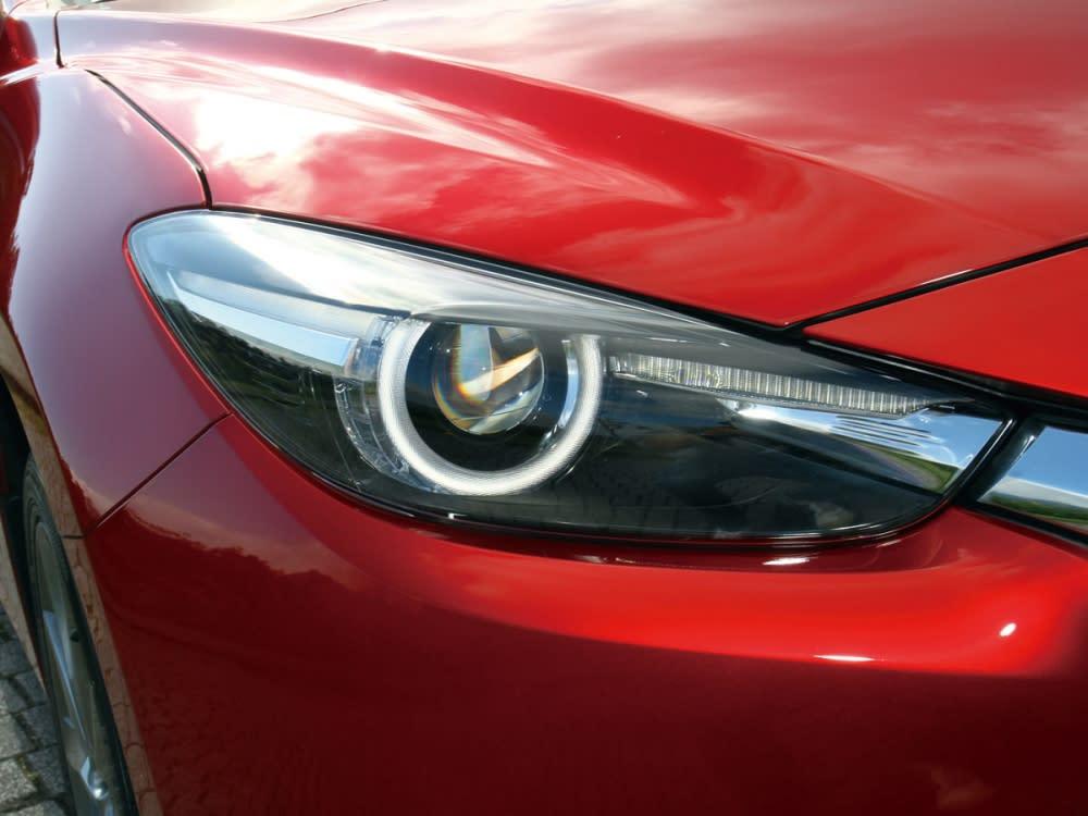 以銳利頭燈輪廓,融入KODO魂動設計語言達到車頭樣貌的完整度。