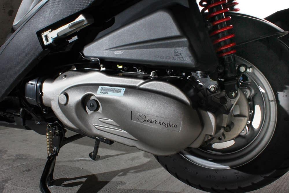 全新研發的噴射引擎,可視情況調整最佳的供油量,讓每滴燃油效率最大化。同時,CVT設計的也相當得宜,起步到中高速的加速一氣呵成,沒有明顯的頓挫。