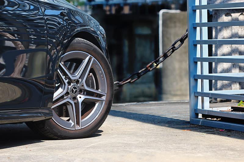A250胎圈規格為225/45 R18。