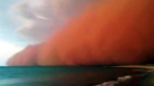 Watch: Giant dust storm approaches Aussie beach