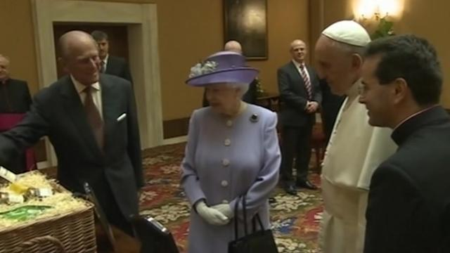 Queen meets Pope, gives him eggs, whiskey, beer