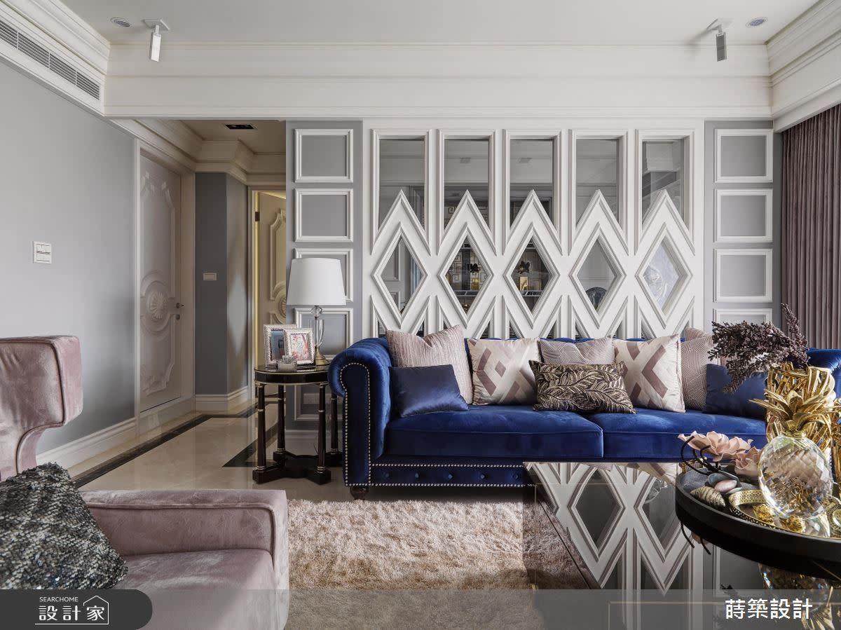 客廳沙發背牆客製化菱格的靈感來自於經典的香奈兒設計,既經典又時尚,相當搶眼。