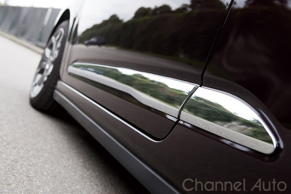 大片車側鍍鉻飾板是DS品牌不可或缺的顯目裝飾。