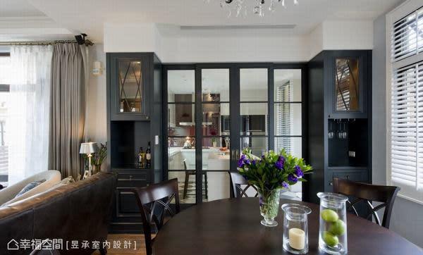 餐廳與廚房之間,設置對稱且中間特意鏤空的收納高櫃,既可以完全隱藏與廚房區隔的木格玻璃門扇,閉合時更展現出餐廳空間的色彩與視覺層次。