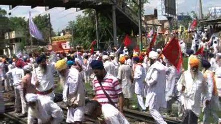 Amritsar farmers halt train to protest government's apathy