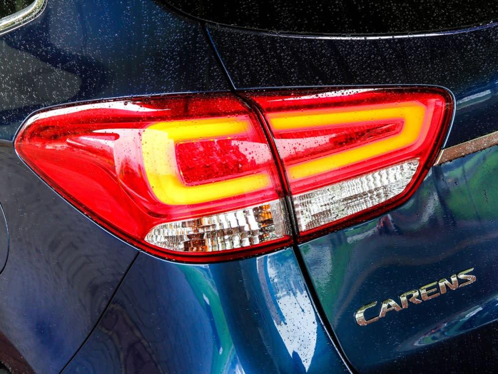 尾燈組內植LED導光條,增進後車辨識度。