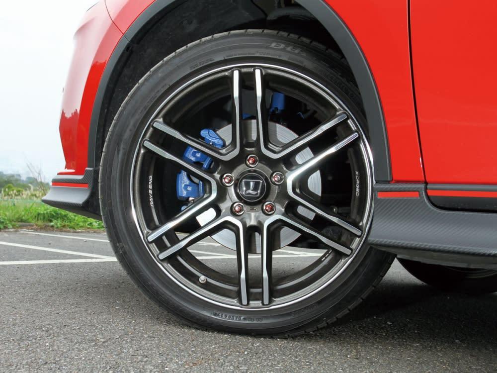 GT220標配19吋日本Rays鍛造鋁圈,轉動十足跑格氛圍。