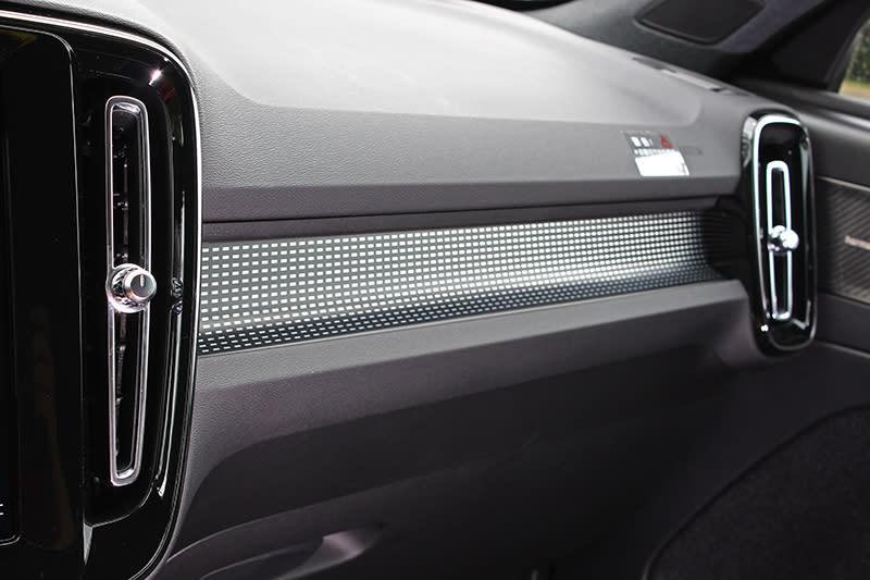 R-Design專屬Cutting Edge霧黑鋒銳鋁合金嵌飾,說真的不算我最愛,可以的話,還我Volvo式的消光梣木來。