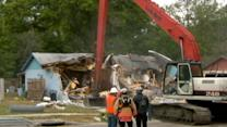 Scramble to Save Belongings From Sinkhole House