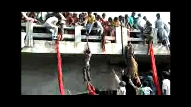 Dramatic footage of India stampede, people using saris to escape