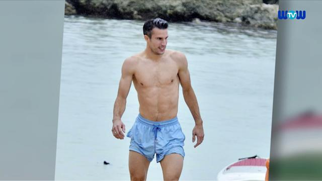 WOWtv - Robin Van Persie Shows Off his Incredible Body in Barbados