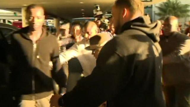 Justin Bieber leaves LAX after lengthy question by customs