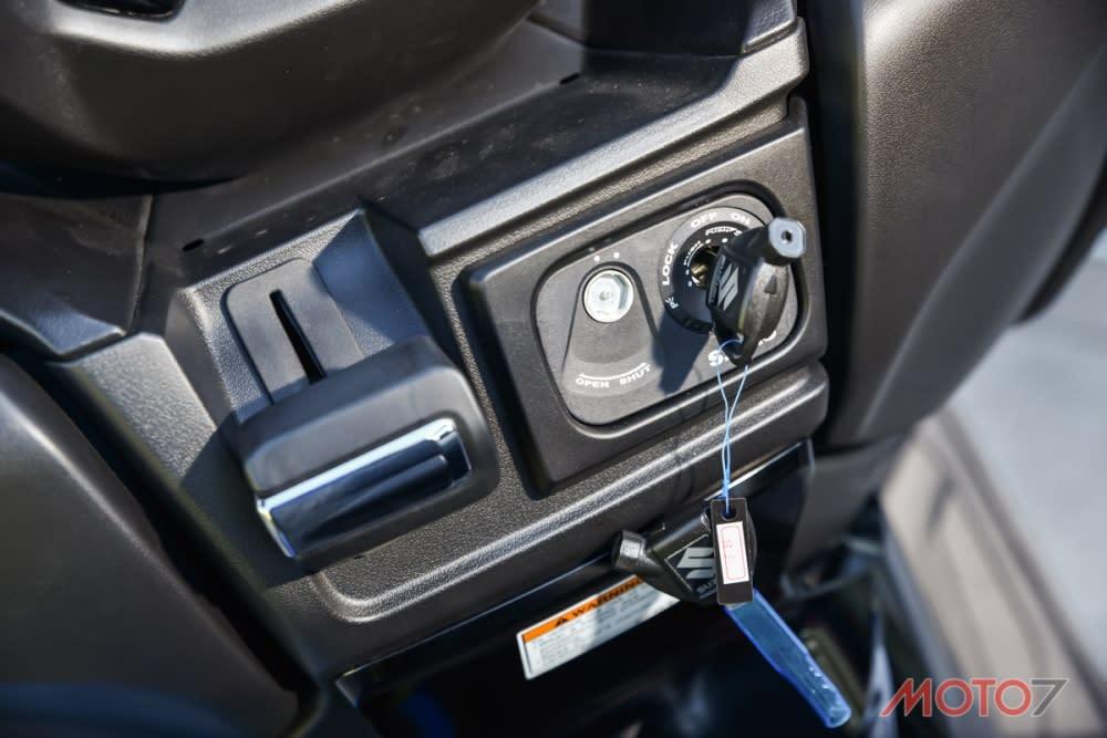手煞車置於鎖頭左側,操作上還算順暢。