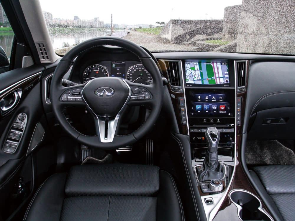 豪華且別出心裁的Double Wave艦橋式座艙,減少駕駛行車時的壓迫感。