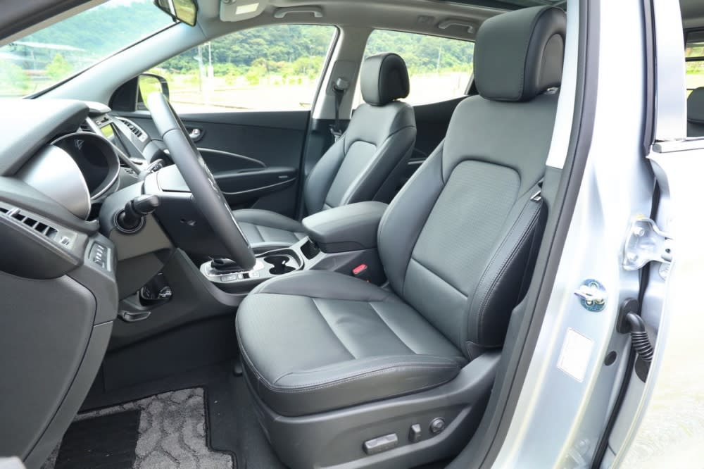 雙前座泡棉軟硬適中,充分支撐性能夠有效分散長途乘坐時的壓力,駕駛座更提供12向電動調整機能,副駕則提供四向電動調整