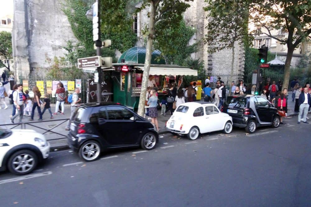 巴黎並未有設置明確的停車格,僅有劃出停車區域,由駕駛者自主掌握與前後鄰車的距離