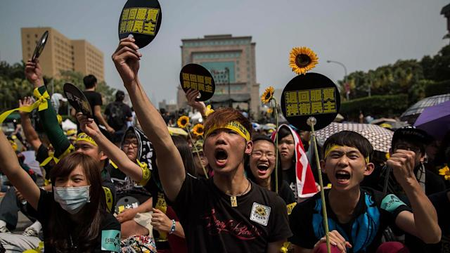 Thousands Protest Taiwan, China Trade Pact