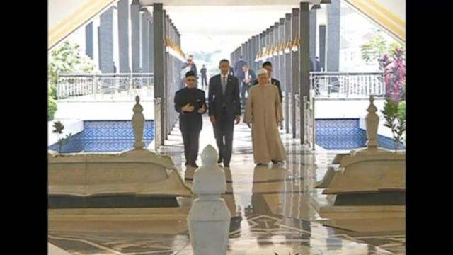 Obama visits Malaysia's National Mosque