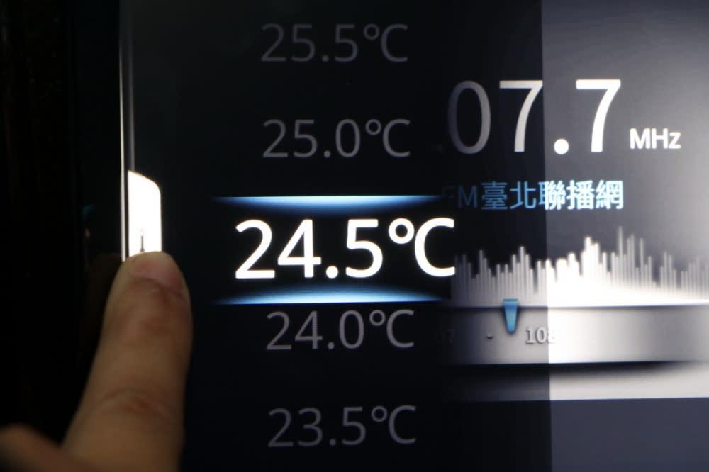 無論駕駛或前排乘客都可以透過螢幕左右的虛擬按鍵來調整空調溫度,除了輕按「+、-」符號外,也可以直接點選想要溫度數字,或是像手機般上下滑移,聲控也會是不錯的選擇