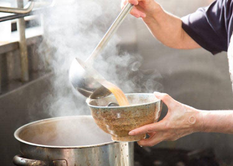 熱騰騰的湯頭讓人食指大動!