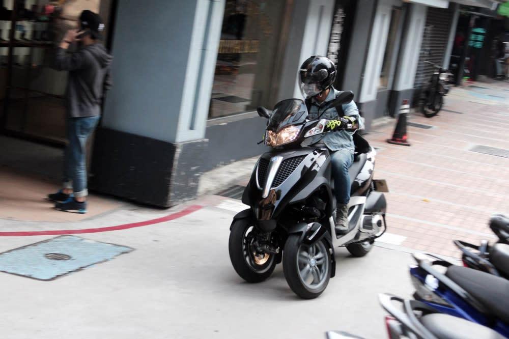在試駕過MP3 Yourban LT 300 ie,穿梭於台灣多數的巷弄中並不成問題。