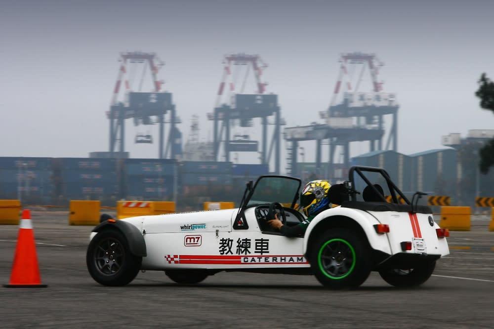 Caterham Roadsport 120軸距短且動力不算大,所以需要降低前胎壓並將後胎壓打高,方能利於甩尾進行。