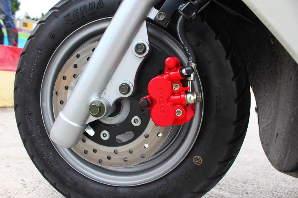 採用180mm直徑碟盤的前煞車規格,煞車與動力表現十分對應,但也還不到過分犀利的程度。