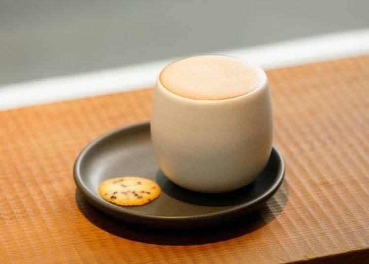 「Kuramae Chocolate」(630日圓)喝得出焙茶所帶來的略苦味,喝起來十分順口。是和店鋪位於蔵前的「NAKAMURA TEA LIFE STORE」共同聯名的商品。只有蔵前店才能喝到。