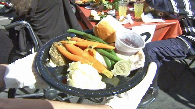 Los Angeles Mission serves Thanksgiving meal to thousands