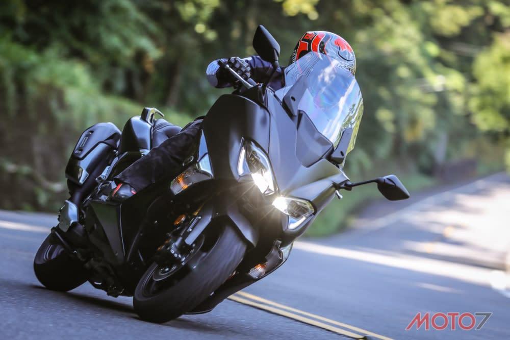 駕馭這一代TMAX能感受到有如300cc速克達的靈活操控。