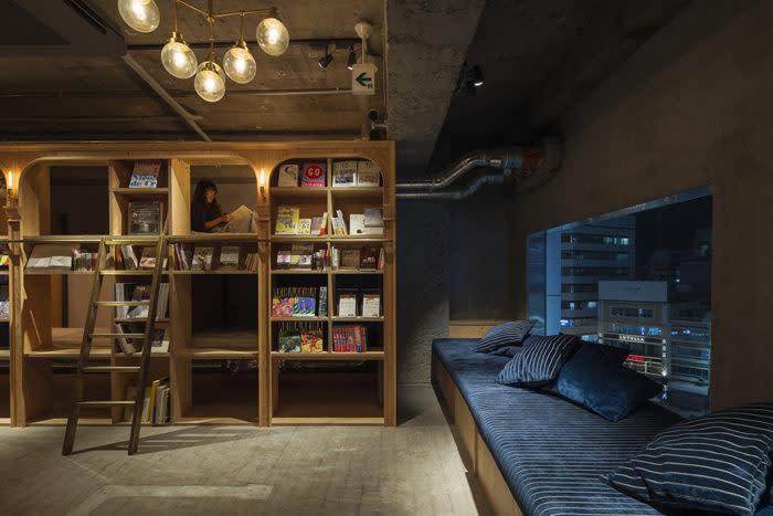 池袋書香入夢BOOK AND BED TOKYO書櫃客廳