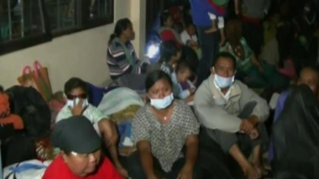 Volcano forces thousands to flee in Indonesia