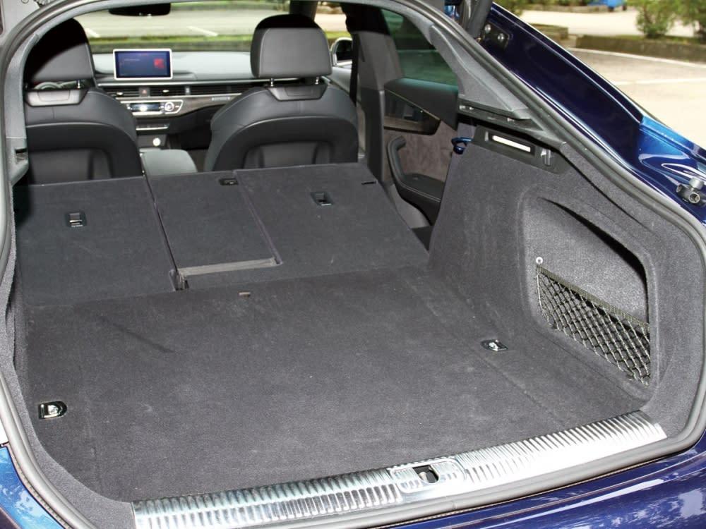 S5 Sportback尾廂透過4/2/4分離傾倒下可從480公升擴充至1300公升,且標配附體感起閉的電動尾門。