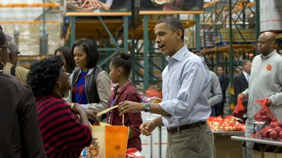 Raw: Obama family hands out vegetables