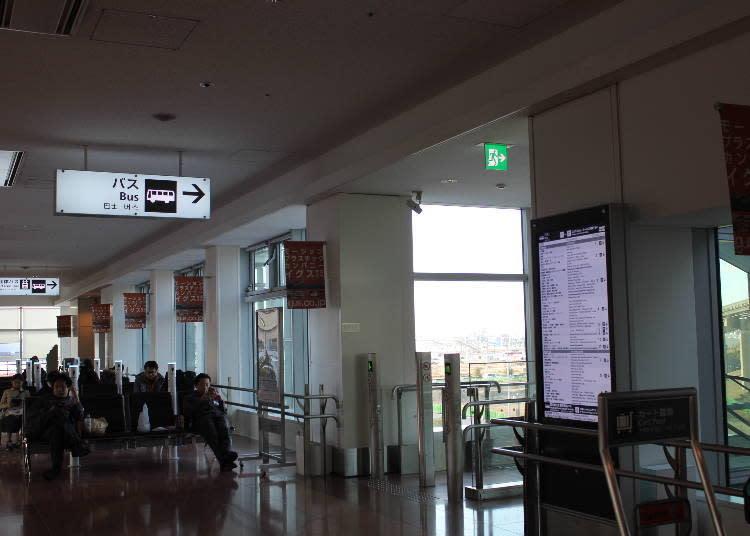 要從二樓前往一樓時的通道。也可以在一樓搭乘處的售票機買到巴士乘車卷。