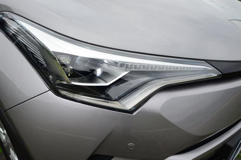 ▲頂級的AWD版本在光源投射採用LED頭燈與LED序列式方向燈,對於科技感有顯著提升