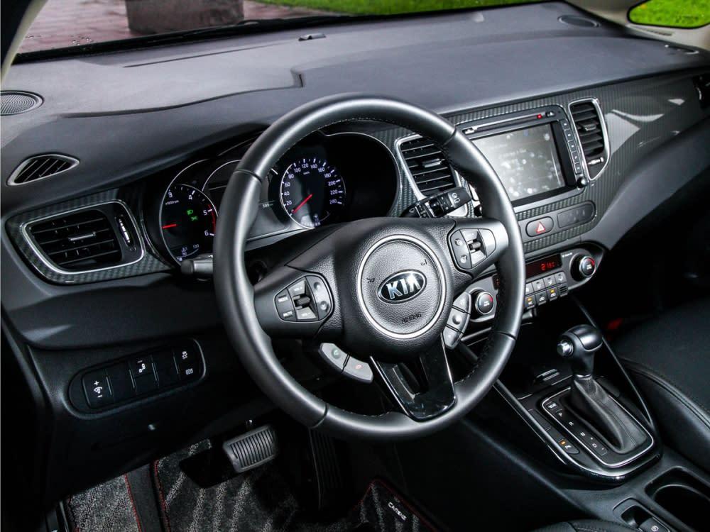 在此次的小改款工程中,將內裝主體採用類碳纖維飾板構成,強化車室內的運動氛圍。