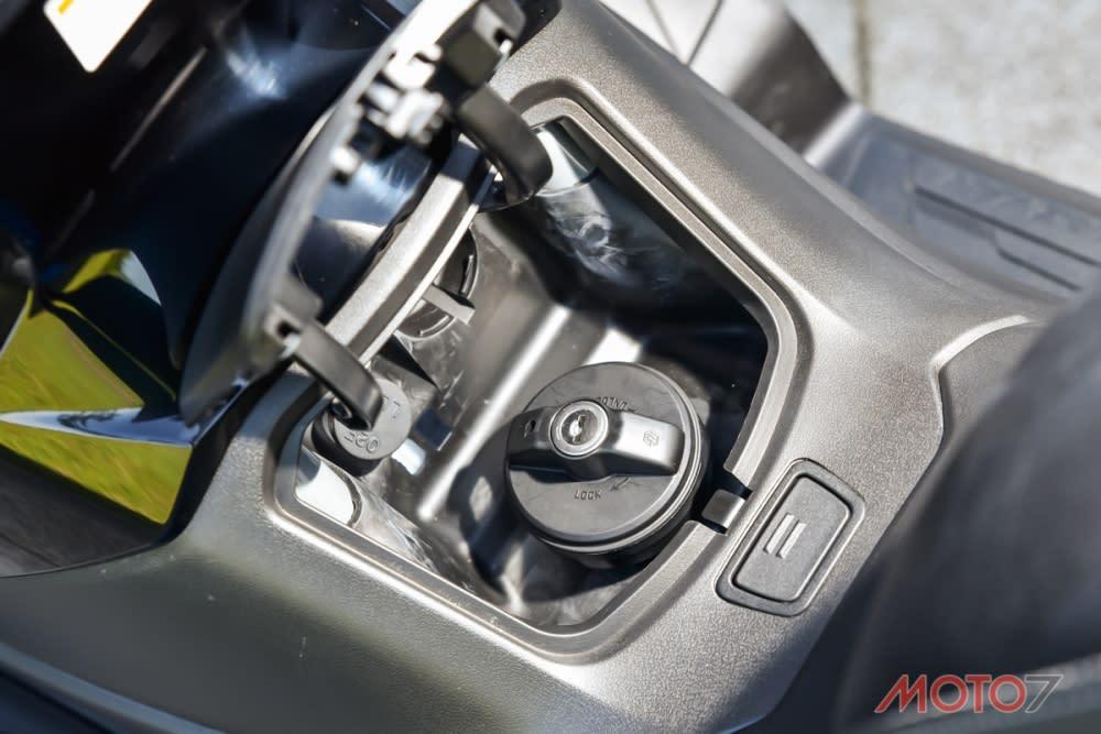油箱則在龍骨處,必須使用鑰匙才能打開。
