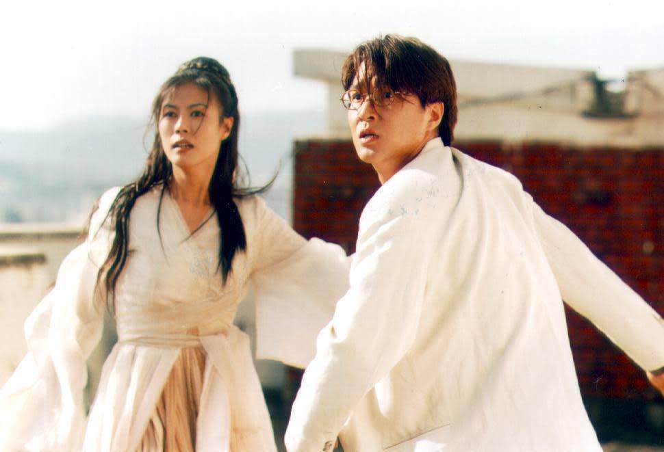 韓石圭(右)、陳熙瓊主演的《銀杏樹床》,結合前世今生、人鬼戀等題材,讓韓國電影圈大開眼界。(翻攝自DAUM網站)